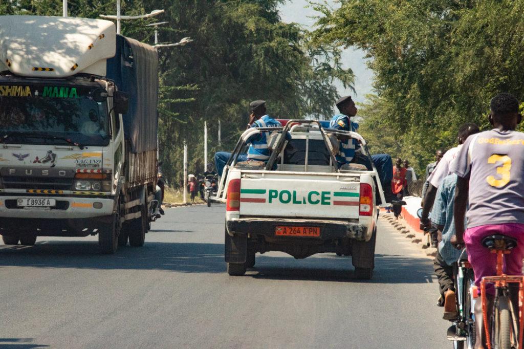 Polizisten fahren auf einem Pickup