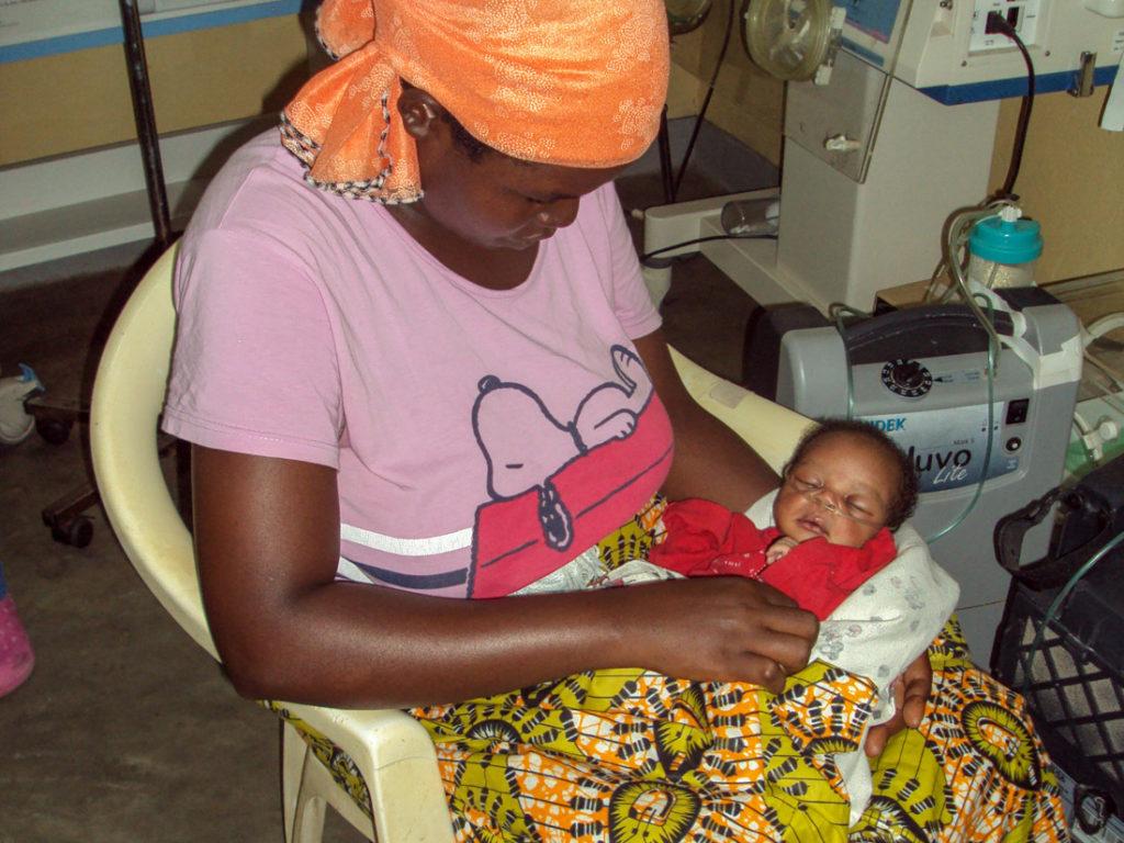 Mutter mit Baby das Sauerstoff bekommt