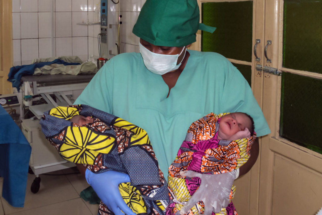 Zwillinge im A>rm des Arztes