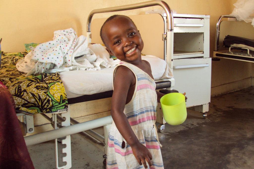 Kind mit Malaria im Bett
