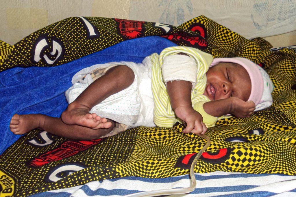 Baby mit Malaria im Spitalbett